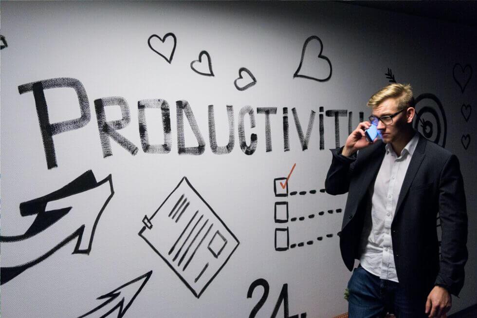 Ein Mann nimmt an einer produktiven Telefonkonferenz teil.